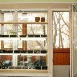 Деревянный стеллаж на окне