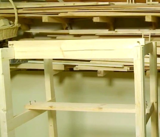 Деревянный стеллаж