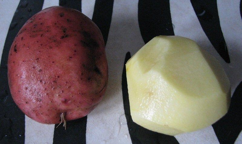 Неочищенная и очищенная от кожуры картошка сорта Журавинка