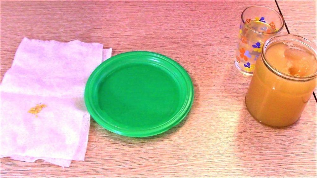 Мёд в баночке и семена огурцов на столе
