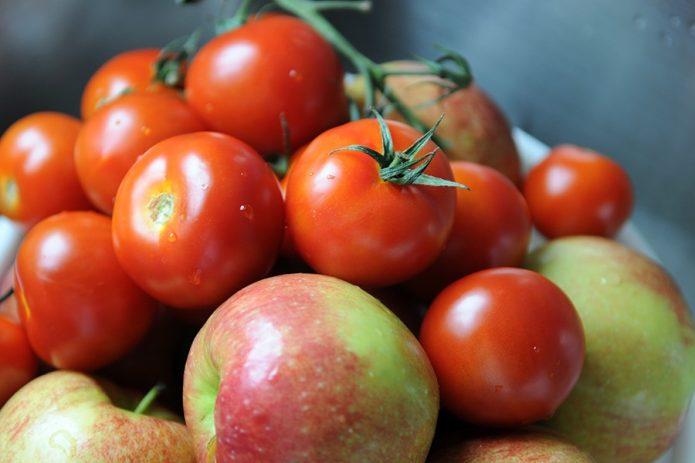 Горка томатов и яблок