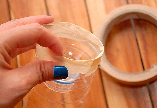 Закрепление горловины бутылки скотчем