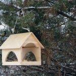 Кормушка-домик с несколькими входами