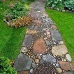 Дорожка из камней разного размера