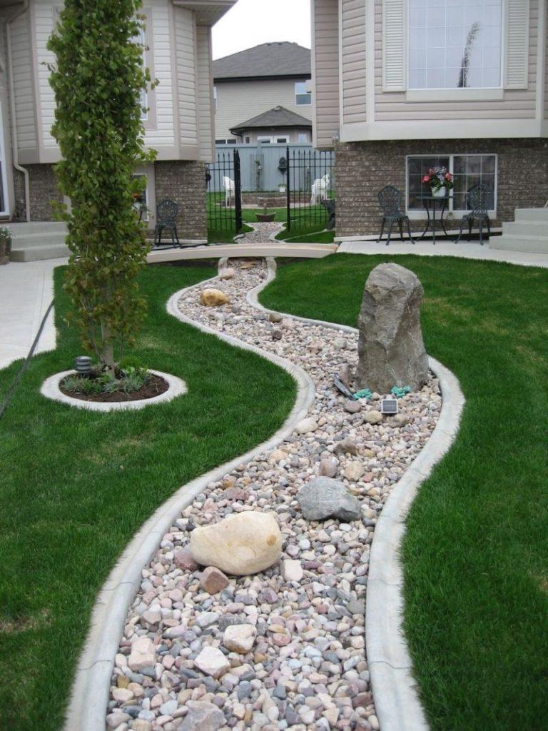 Сухой ручей с вертикально стоящими крупными камнями