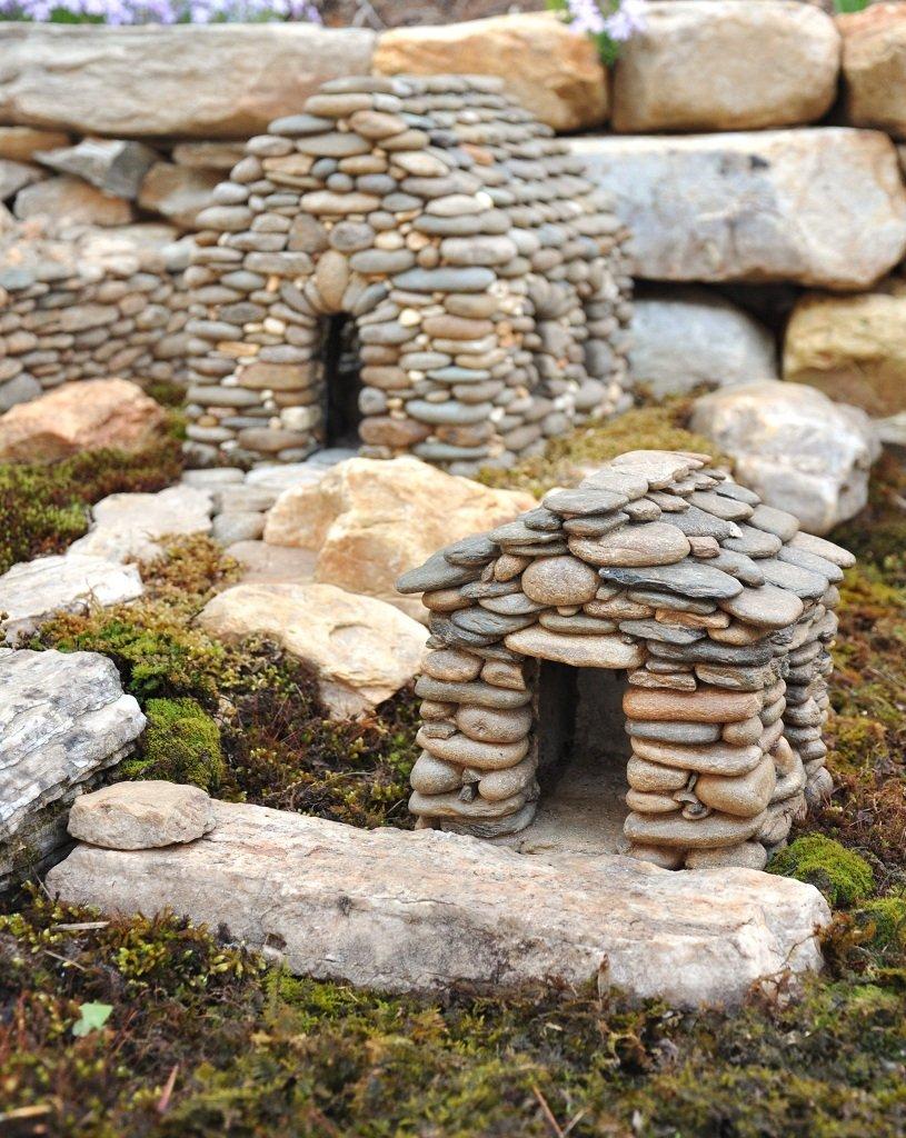 Два домика из камней