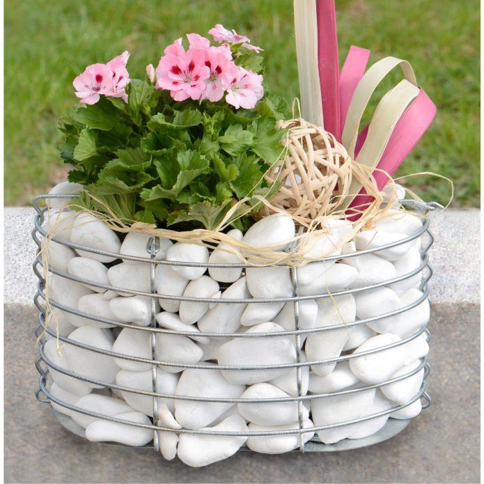 Садовый вазон из габиона с цветком