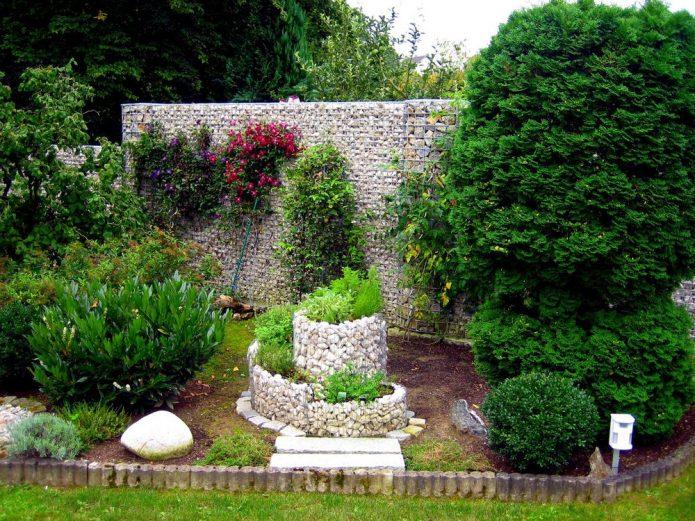 Стена и клумба из габиона и камней