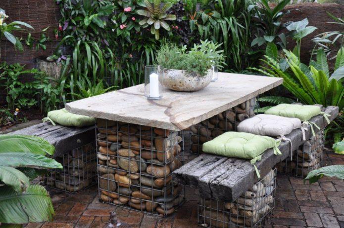 Садовый стол и скамьи из габионов