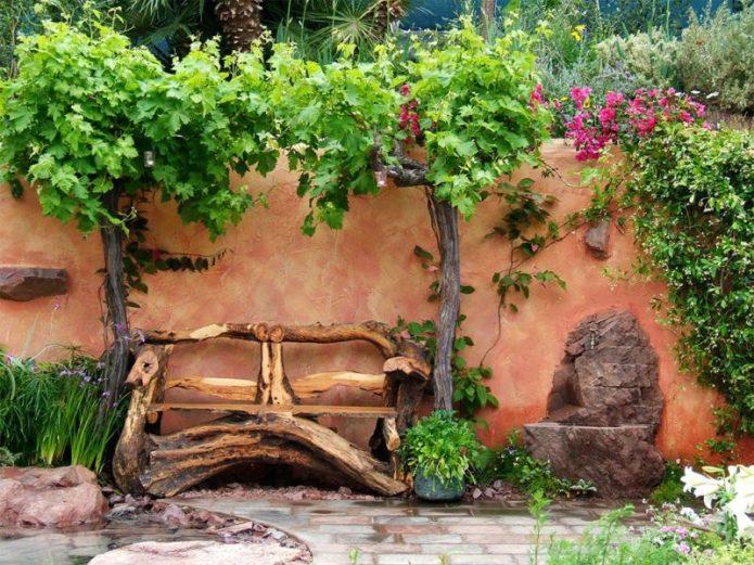 Скамейка из стволов деревьев
