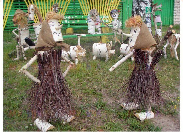 Фигурки женщин из лозы, брёвен и палок