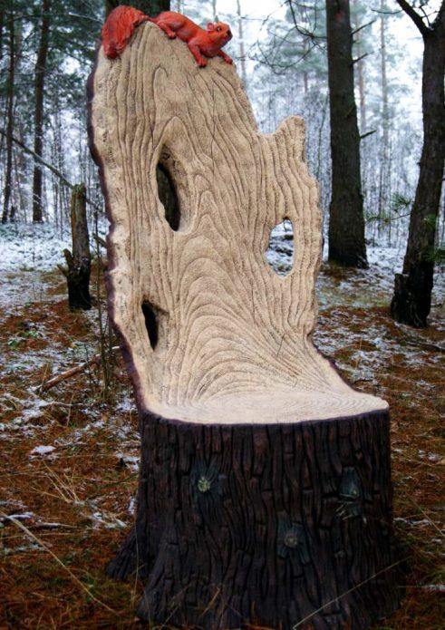 Кресло из пня с белочкой на спинке