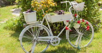 Изящный велосипед, увешанный и уставленный цветами, превращается в роскошную клумбу