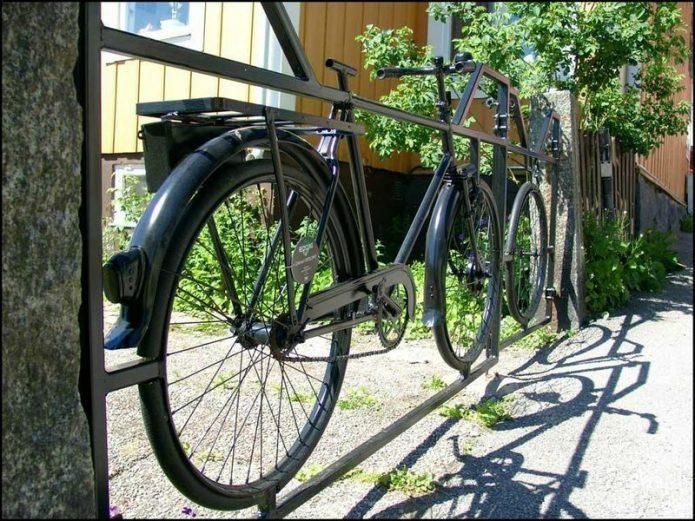 Велосипед в раме для забора