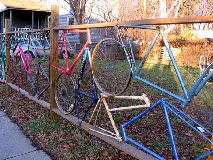 Забор из фрагментов велосипедов