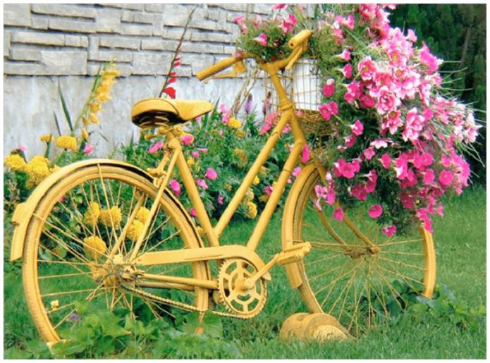 Жёлтый велосипед с петуниями