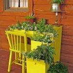 Жёлтый уголок школьника; цветы, растущие в открытых ящиках его стола