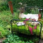 Кровать в саду, усаженная травой и розовыми цветами