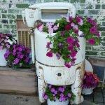 Розовые и бордовые цветы в советской стиральной машине