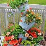 Сложная композиция из жестяных таза и вёдер с цветами, установленных одно над другим