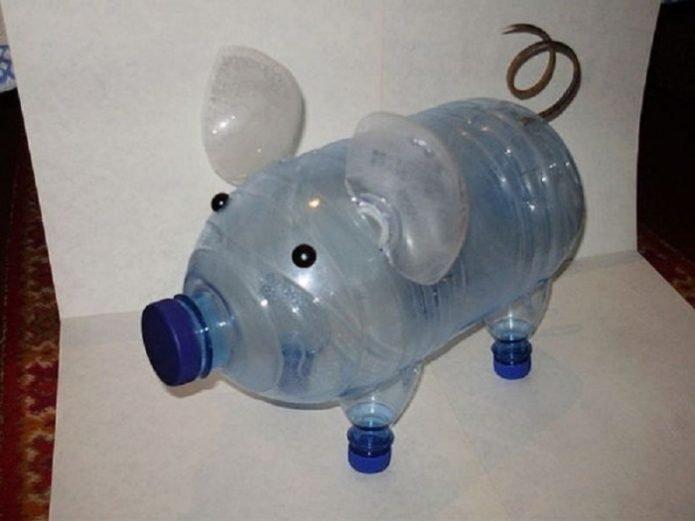 Фигурка поросёнка из пластиковых бутылок в сборке