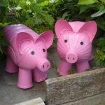 Два розовых пластиковых поросёнка