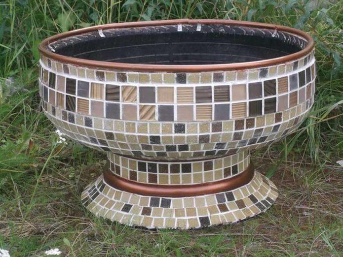 Вазон из покрышки, декорированный плиткой