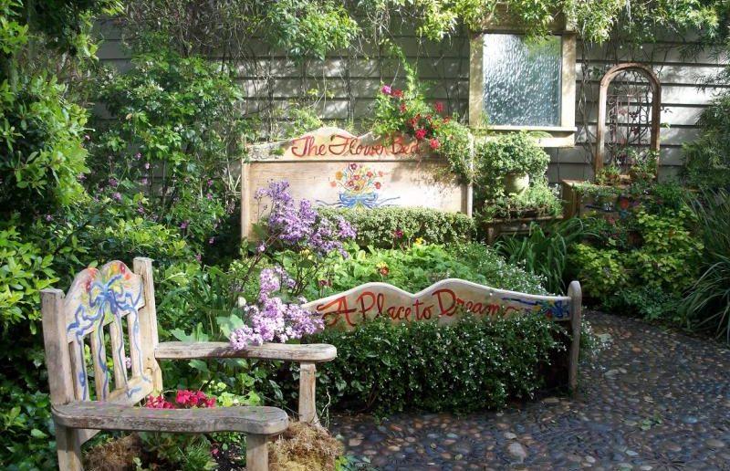 Спальный гарнитур в саду - не бред сумасшедшего, а безудержный полёт фантазии владельца, подарившего старым вещам вторую жизнь