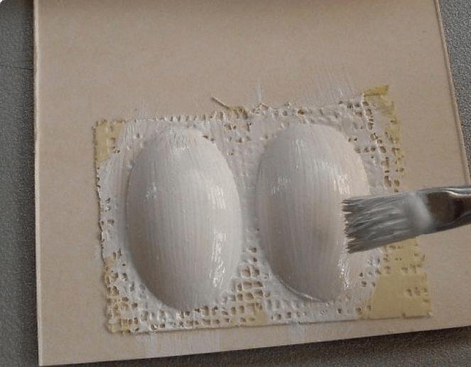 Изготовление глаз ослика из пластиковых ложек