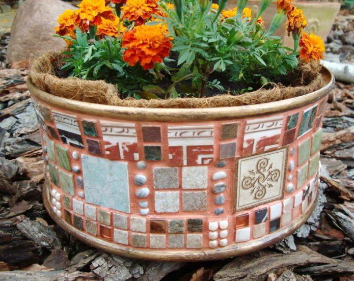 Кашпо из гипса, декорированное плиткой