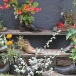 Цветы в обуви на полках