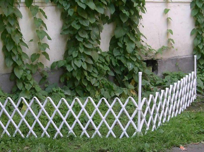 Ограда из ПВХ труб