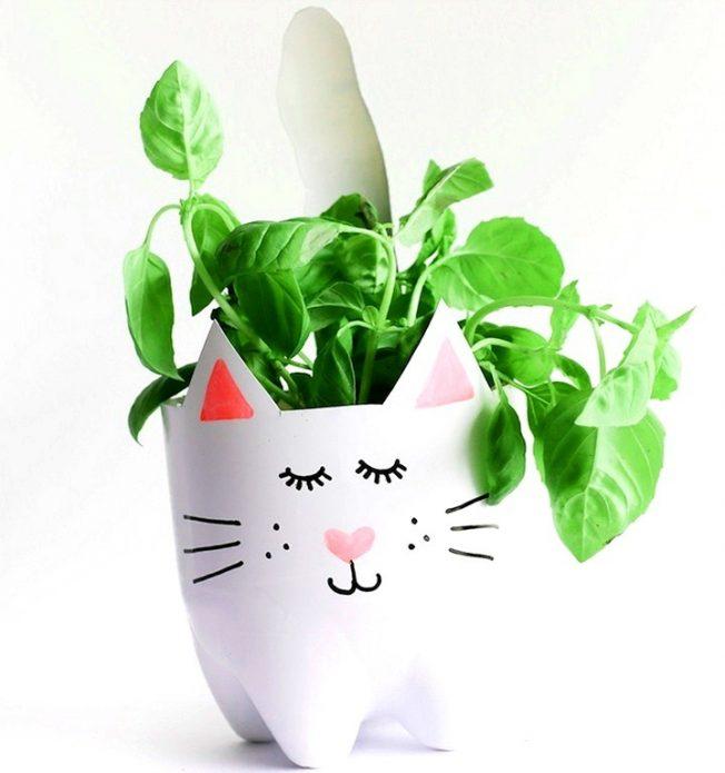 Цветочный горшок-котик с растением внутри