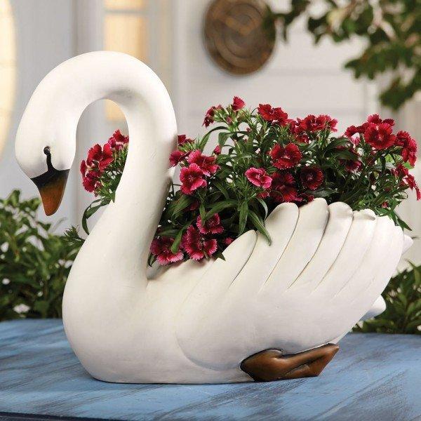 Кашпо-лебедь с цветами