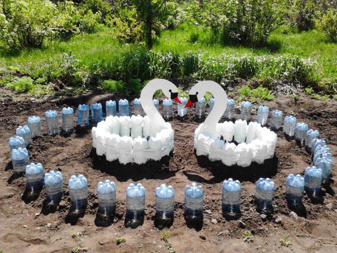 Лебединое озеро из пластиковых бутылок