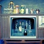 Бутылки с алкоголем внутри старого телевизора