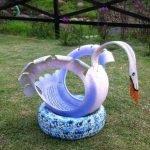 Белый с голубым лебедь из шины