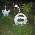 Лебеди из шин на клумбе