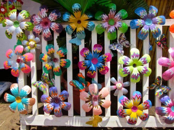 пластиковые цветы на заборе