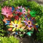 цветы из бутылок на пне