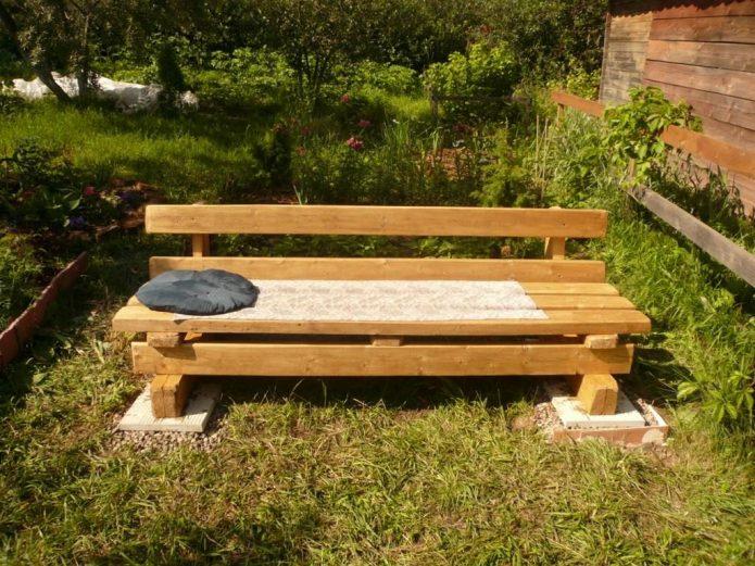 Низкая скамейка из бруса и досок