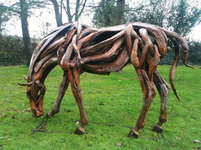 Лошадь из коряг и ветвей