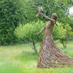 Девушка с птицей из лозы