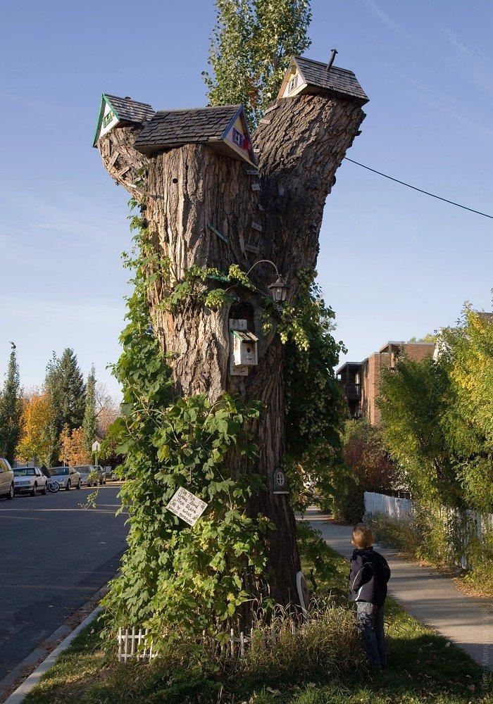 Дерево, декорированное домиками