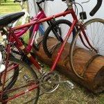 Стойка для велосипедов из бревна