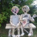 Парень и девушка из берёзовых чурбачков