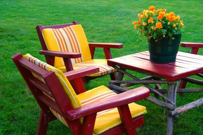 Покрашенная садовая мебель