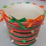 Оформление ведёрка разноцветной верёвкой и ленточками