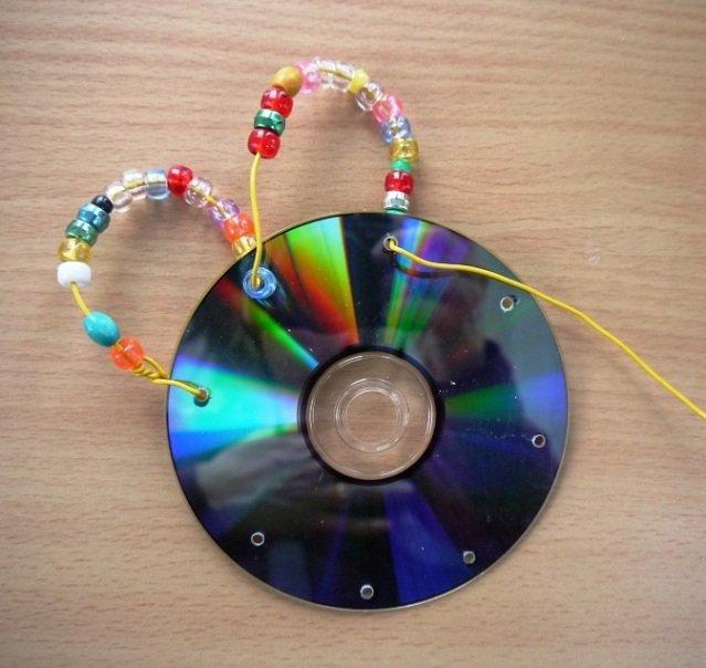 CD-диск с бусинами