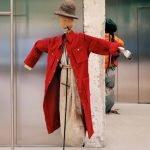 Пугало в красном пальто